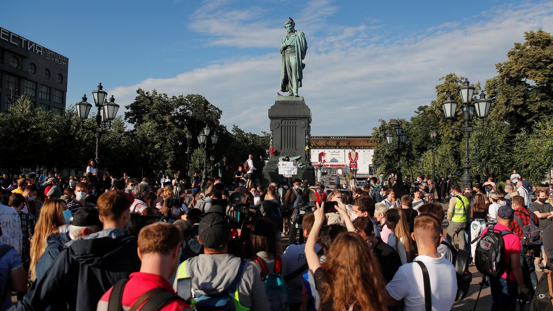 La gente se reúne cerca de un monumento al poeta ruso Alexander Pushkin durante una protesta de la oposición contra las enmiendas a la Constitución de Rusia en el centro de Moscú, Rusia, 1 de julio de 2020.