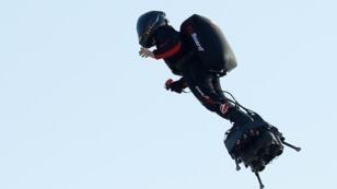 فرانكي زاباتا على لوحه الطائر عند انطلاقه من مدينة سانغات الفرنسية محاولا اجتياز المانش، 25 يوليو/تموز.
