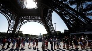 La Torre Eiffel abierta entre las 9 a.m. y la media noche.