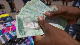 Billetes de 5000 bolívares en la frontera colombo-venezolana el domingo 19 de agosto antes de que salgan a circulación los nuevos billetes.
