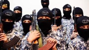 Enfants entraînés au combat et à la guerre par les jihadistes de l'EI en Syrie.