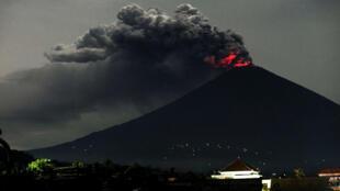 Las nubes de ceniza del volcán Agung alcanzan los 3.000 metros de altura por encima del cráter.