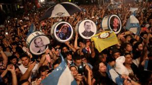 Simpatizantes peronistas celebran el triunfo en las elecciones presidenciales, en Buenos Aires, el 27 de octubre de 2019.