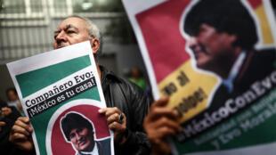 Un hombre sostiene un cartel durante una manifestación en apoyo al presidente de Bolivia Evo Morales frente a la Embajada de Bolivia en la Ciudad de México, México, el 11 de noviembre de 2019.