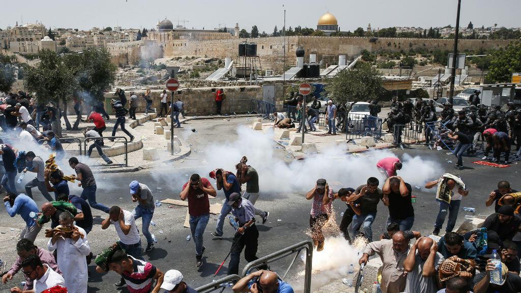 La police israélienne disperse des manifestants par des tirs de gaz lacrymogène, le 21 juillet, à Jérusalem.