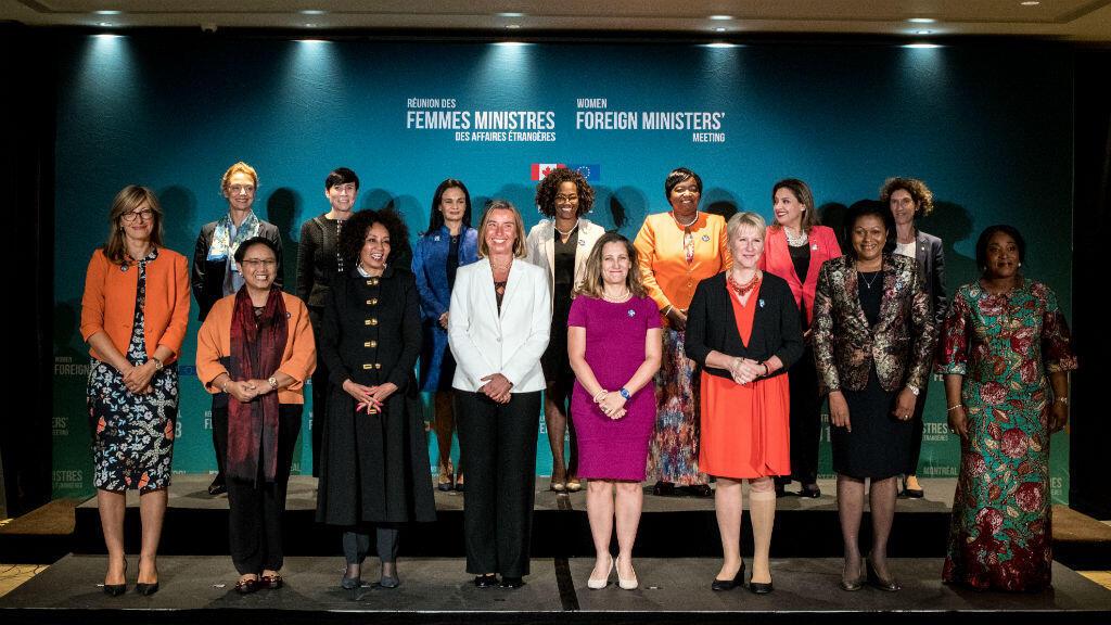 Une quinzaine de femmes ministres des Affaires étrangères posent pour une photo de famille, le 21 septembre 2018 à Montréal.