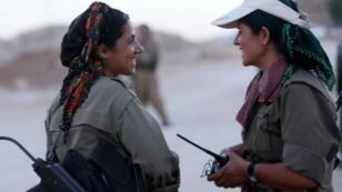مقاتلتان كرديتان في جبهة القتال