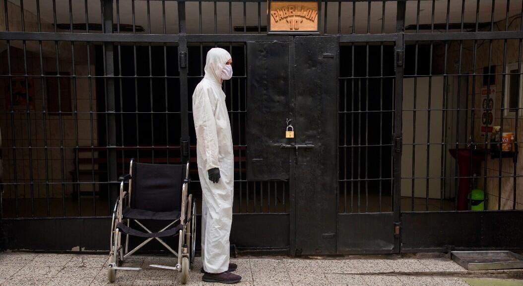 Un funcionario a la entrada de uno de los pabellones de la cárcel de Lurigancho, en Lima, Perú, el 19 de junio de 2020.