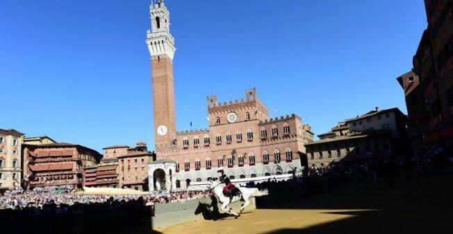 La place centrale de Sienne, le 2 juillet 2016, lors du Palio, la célèbre course de chevaux opposant les différents quartiers de la ville.