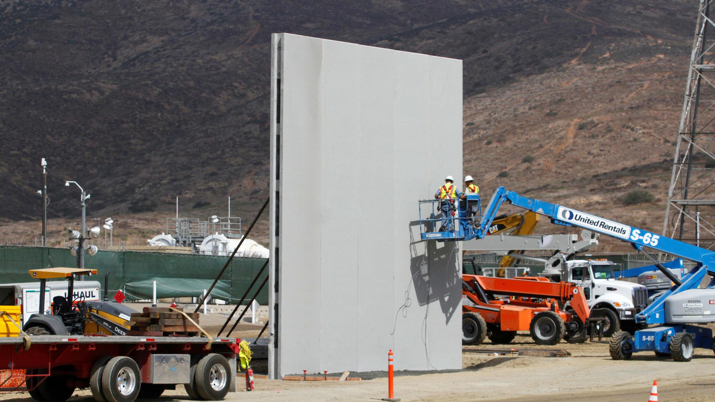 Trabajadores en San Diego, California, construyen un prototipo del muro de Trump en la frontera con México. Foto tomada desde el lado mexicano.