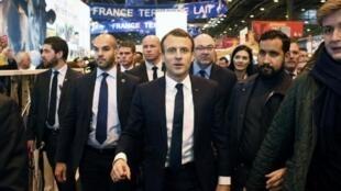 Alexandre Benalla, (a la derecha del presidente Macron) aparece en un video agrediendo a un manifestante en las protestas del 1° de mayo de 2018.