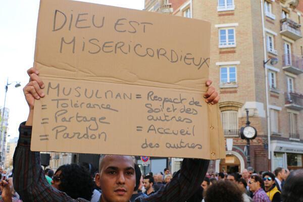 """شاب مسلم يرفع لافتة مكتوب عليها """"الإسلام هو دين التسامح والإحترام"""""""