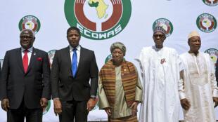 La délégation des chefs d'État d'Afrique de l'Ouest, conduite par la Libérienne Ellen Johnson Sirleaf.