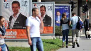 Affiches de campagne dans une rue de Sarajevo, le 9 octobre 2014.