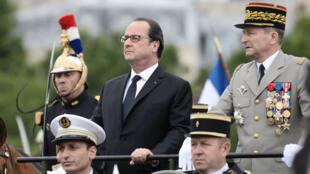 Le président François Hollande à la tribune officielle lors du défilé du 14 juillet 2016 sur les Champs-Élysées.
