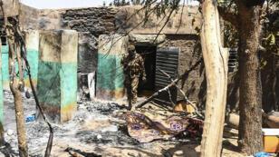 Un soldat malien dans le village massacré d'Ogassogou le 23 mars 2019.