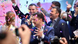 Le comédien Ukrainien Volodymyr Zelensky réagit après l'annonce d'un sondage qui le donne vainqueur de la présidentielle, à Kiev le 21 avril 2019.
