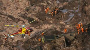 El equipo de rescate trabaja en la represa propiedad de la minera brasileña Vale SA que estalló en Brumadinho, Brasil, el 25 de enero de 2019.