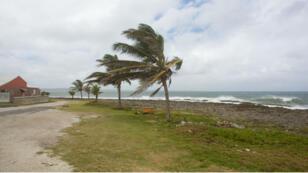 Les premières pluies ont frappé la Martinique et la Guadeloupe le 13 septembre, qui étaient en alerte rouge en raison du risque de vents forts et de fortes pluies causées par la tempête tropicale Isaac.