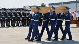 Les premières dépouilles des passagers du vol MH17 sont arrivées aux Pays-Bas.