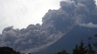 تطاير دخان البركان فويغو آلاف الأمتار