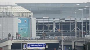 Les vitres de l'aéroport international de Bruxelles ont été soufflées par les deux explosions survenues mardi dans le hall des départs.