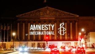 شعار منظمة العفو الدولية فوق مقر الجمعية الوطنية الفرنسية في 18 حزيران/يونيو 2018 في باريس