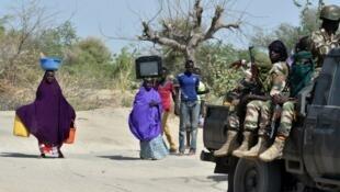 صورة لمدنيين يفرون من قريته بعد هجوم لجماعة بوكو حرام