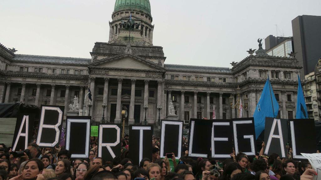 Miles de mujeres se manifiestan frente al Congreso argentino para pedir que aprueben un proyecto de ley que garantice el aborto seguro, legal y gratuito en todo el país, el lunes 19 de febrero de 2018 en Buenos Aires, Argentina.