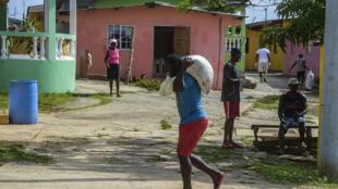 Residentes de la isla panameña de Pedro González trasladan a sus hogares bolsas de alimentos destinadas a familias de bajos ingresos, el 15 de mayo de 2020 en el  archipiélago de Las Perlas, Panamá
