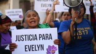 Des manifestantes réclament la libération d'Evelyn Hernandez, devant le palais de justice de Ciudad Delgado au Salvador, le 16 août 2019.