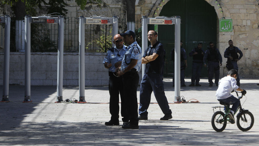 Des détecteurs de métaux ont été installés par Israël sur l'Espalanade des mosquées, suite à une attaque à l'arme à feu, vendredi 14 juillet.