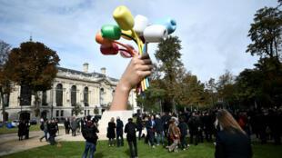 """Le """"Bouquet de Tulipes"""", œuvre monumentale que Jeff Koons a offerte à la ville de Paris après les attentats ayant secoué la capitale française en 2015."""