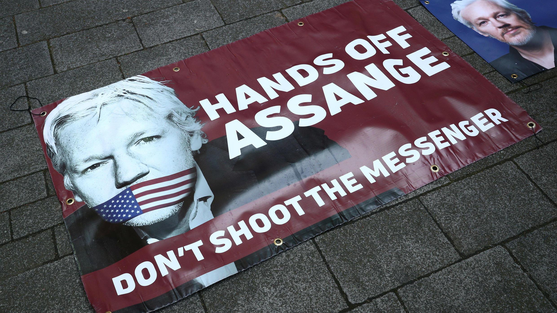 Pancartas de apoyo a Julian Assange en la acera frente al Tribunal de Magistrados de Westminster en Londres, Reino Unido, el 11 de abril de 2019.