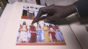 Le directeur du complexe scolaire Keur Madior de Mbour montre une photo de Diary Sow.