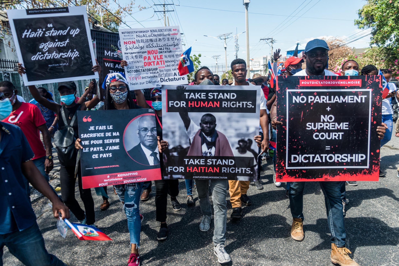 Manifestantes haitianos marchan por las calles el 28 de febrero de 2021 en Puerto Príncipe, para denunciar el recrudecimiento de los secuestros cometidos por bandas. Desde hace unos meses, en Haití se ha producido un repunte de los secuestros para pedir rescate que ha afectado tanto a los habitantes más ricos como a los que viven por debajo del nivel de pobreza.