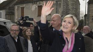 Marine Le Pen et, au second plan, son garde du corps, Thierry Légier, soupçonné dans l'affaire des emplois fictifs au Parlement européen.
