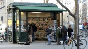Un kioske à journaux, le 14 mars 2017 à Paris