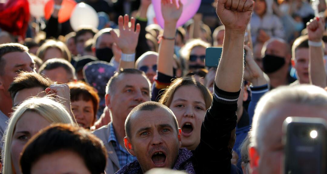 Partidarios de la candidata presidencial Svetlana Tijanovskaya asisten a un mitin de campaña electoral en Borisov, Belarús, el 23 de julio de 2020.