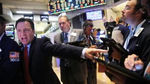 """La Bourse de New York a connu une forte chute dans le sillage du """"lundi noir"""" de Shanghai."""