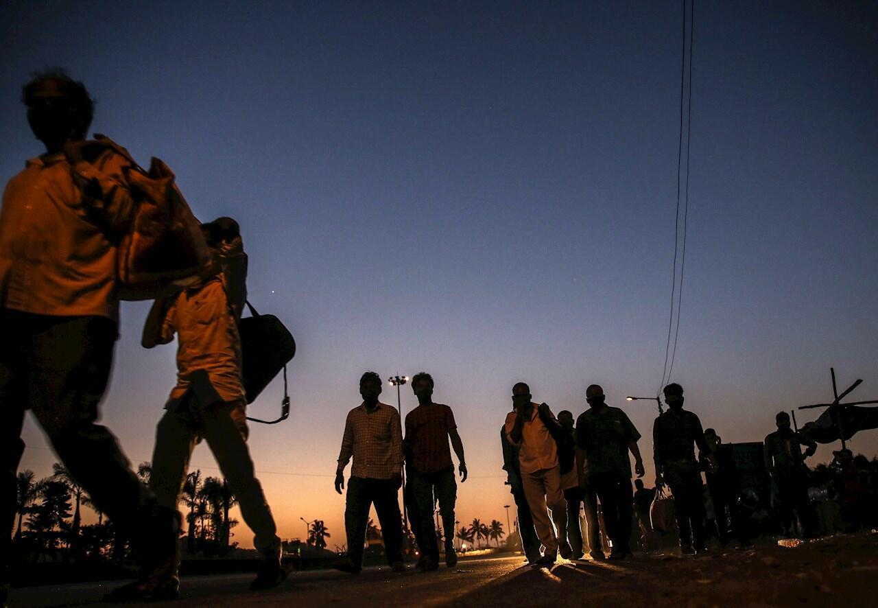 Trabajadores migrantes de camino a casa en una carretera en las afueras de Mumbai, India, 12 de mayo de 2020.