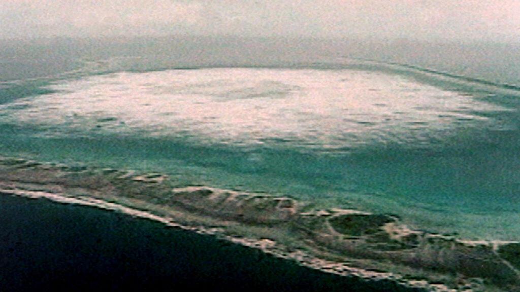 Photo prise le 28 janvier 1996 sur écran télé de l'essai nucléaire souterrain français dans l'atoll de Fangataufa, dans le Pacifique.