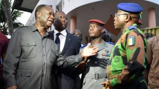 Le président ivoirien, Alassane Ouattara et le général Soumaila Bakayoko, dimanche 13 mars 2016, devant l'hôtel Étoile du Sud à Grand-Bassam.