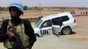 أحد جنود بعثة الأمم المتحدة في مالي أمام آلية تابعة للمنظمة الدولية بعد انفجار عبوة ناسفة بالقرب من كيدال (شمال) في 14 تموز/يوليو 2016