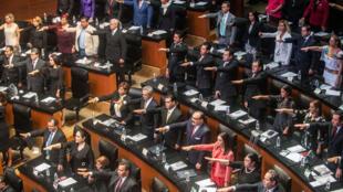 Senadores mexicanos juran, durante la inauguración de la nueva legislatura en el Senado en la Ciudad de México, el 29 de agosto de 2018.