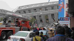 Les secours fouillent les décombres d'un immeuble qui s'est effondré à Tainan, sur l'île de Taïwan, après un séisme de magnitude 6,4.
