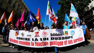 """Des manifestants défilent contre un projet de loi gouvernemental censé """"moderniser"""" le statut des fonctionnaires, le 09 mai 2019 à Marseille."""