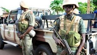 """القوات المالية أمام فندق """"راديسون بلو"""" في العاصمة المالية باماكو في نوفمبر 2015."""
