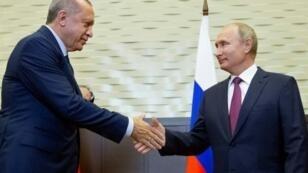 الرئيسان التركي رجب طيب أردوغان والروسي فلاديمير بوتين خلال لقائهما في سوتشي في 17 أيلول/سبتمبر 2018