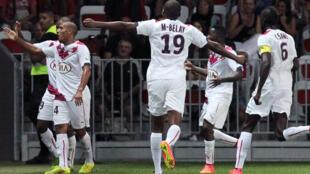 Les Girondins de Bordeaux fêtent leur victoire face à Nice, samedi.